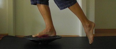 Knie Training Aufbauübung Balance Board einbeinig