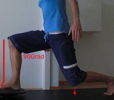 Knie Training Ausfallschritt auf dem Wackelbrett