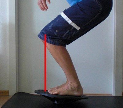 Knie Training Kniebeuge auf dem Balance Board