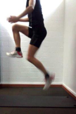 Wiedereinstieg im Fußball - Jumped Knee Lift Durchführung