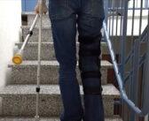 Sicher Treppensteigen mit Krücken nach Knie-OP