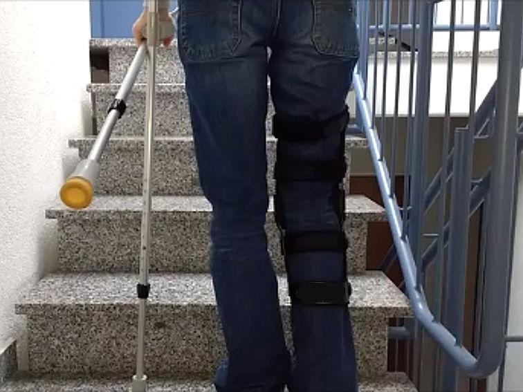 Treppensteigen mit Krücken: Wie am besten Treppe hoch und