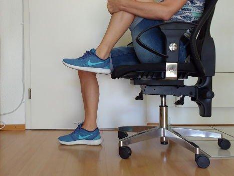 Knie zum Kinn fördert Beweglichkeit bei geschwollenen Beinen